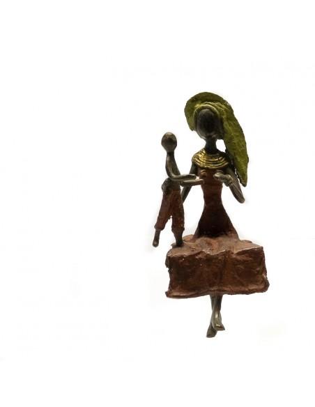 Bronzen beeld zittende vrouw met kind